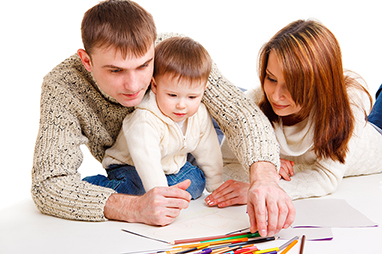 parents-with-child-drawing