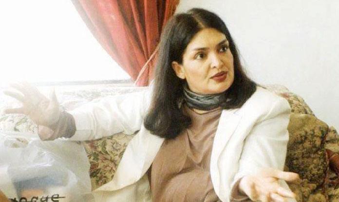 గ్లామర్ హీరోయిన్ గా ఎంతో గుర్తింపు తెచ్చుకుంది. అలనాటి హీరోయిన్ పర్వీన్ బాబీ . ఆమె చనిపోయిన 11 సంవత్సరాల తర్వాత ఆమె రాసిన వీలునామాను ఆమె కోరిక ప్రకారమే పంచాలని కోర్టు తీర్పు ఇచ్చింది. ఆమె చనిపోయే ముందు రాసిన వీలునామా చెల్లదని ఆమె బంధువులు కోర్టు కెక్కారు. ఆమె ఆస్తిలో 80 శాతం అనాధ మహిళల పిల్లలకు చెందాలని మిగిలిన 20 శాతం ఆమె బంధువు మురద్ ఖాన్ కు దక్కాలని కోర్టు తీర్పు ఇచ్చింది. ఆమె చనిపోతూ కుడా ఔనత్యాన్ని చాటుకుంది. ఇంగ్లిష్ లిటరేచర్ లో మాస్టర్స్ పర్వీన్ బాబీ సుహాగ్ ,దీవార్ ,కాలా సోనా, షాన్ వంటి బ్లాక్ బస్టర్స్ సినిమాల్లో నటించింది. 1970 నుంచి 80 దాకా ఆమె బాలీవుడ్ ఫస్ట్ వుమెన్ సూపర్ స్టార్ గానే ఎన్నో విజయవంతమైన సినిమాల్లో నటించింది. అమితాబ్ తో అయితే వరసగా 8 సినిమాల్లో నటించింది. వాళ్లిద్దరూ హిట్ పెయిర్ అనేవాళ్ళు. కానీ హఠాత్తుగా సినిమాల్లో నుంచి మాయమైన పర్వీన్ చివరి రోజులు చాలా దారుణం.ఆమె చనిపోయిన మూడు రోజుల వరకు ప్రపంచానికి తెలియదు. షుగర్ తో ఒక చెయ్యి గాంగ్రీన్ వచ్చి పూర్తిగా పడిపోయిన స్థితిలో కనీసం లేచి నడవలేని స్థితిలో ఆమె మరణించి ఉంది. ఆమెకు పోస్ట్ మార్టం చేసిన కూపర్ హాస్పటల్ రిపోర్ట్ ప్రకారం ఆమె కడుపులో ఒక్క మెతుకు ఆహరం లేదు. ఎన్నో కోట్లు ఆస్తి వదిలిపోయిన ఆమె జీవితంలో చివరి మూడు రోజులు ఆకలితో తపించి చనిపోయిందని తలుచుకుంటేనే బాధగా వుంటోంది. ఒకనాటి సూపర్ స్టార్ అందాల తార జీవితం ఇది.