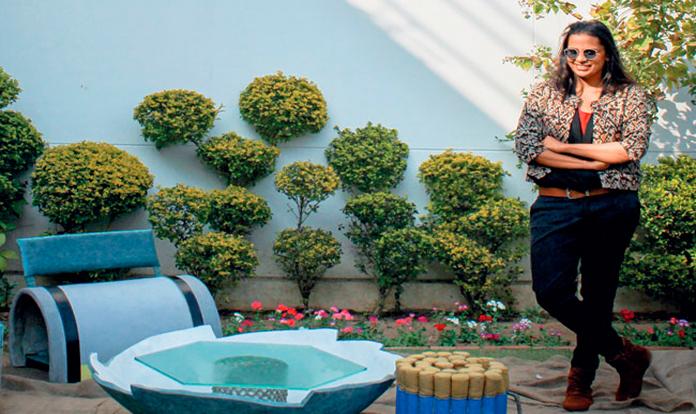 అస్సాంలో వుంది పల్ప్ ఫ్యాక్టరీ. ఈ ఫ్యాక్టరీ ఆలోచన చేసింది. స్పృహా చొఖాని. ఇక్కడ కుర్తీలు టేబుళ్లు కేవలం పేపర్ గుజ్జు ఉపయోగించి ఎంతో దృఢంగా ఎంతో సృజనాత్మకంగా తయారుచేస్తారు. కలప ఇనుమూ ప్లాస్టిక్ ఉండగా పేపర్ తో ఎందుకూ అంటే గతంలో ఎన్నెనో వస్తువులు పేపర్ గుజ్జుతో తయారుచేసారు. ఇవి కూడా దృఢంగా వుంటాయని నేను పరిశోధించి తెలుసుకున్నారు. ఏదైనా కొత్తగా ఇంట్రడ్యూస్ చేస్తే బావుంటుంది కదా అంటుందామె. వేస్ట్ పేపర్ తో తయారుచేసిన ఏ వస్తువులు విభిన్న ఆకృతులతో 200 కిలోల కంటే ఎక్కువ బరువు మోయగల సామర్ధ్యంతో ఉంటాయి. వీటిని తయారు చేయటం వెనక నాలుగేళ్ళ శ్రమ దాగుంది అంటోంది స్పృహా చొఖాని. ఒక్కసారి అస్సాం పల్ప్ ఫ్యాక్టరీ శోధించండి. మోడరన్ డిజైన్స్ ఎన్నెన్ని వస్తువులున్నాయో అందులో ఎంత కళాత్మకత వుందో ఇంటీరియర్స్ గా అవెంత బావున్నాయో చూడండి.