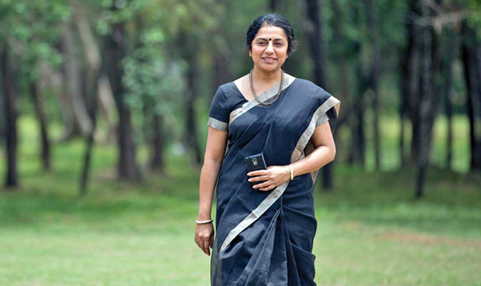 కళాకారుల గుండెల్లో తప్పకుండా తడి వుంటుంది. మంచి నటి గా, మల్లె పువ్వు వంటి నవ్వుతో హీరోయిన్ సుహాసిని మనందరికీ పరిచయమే. ఆమె విలక్షణమైన నటి, దర్శకురాలు, నిర్మాత మాత్రమే కాదు, మానవతావాది కూడా అందుకే ఒంటరి మహిలల కోసం ఆమె చెన్నాయి లో 'నామ్' అని ఫౌండేషన్ ప్రరంబిచారు. నామ్ అంటే తమిళం లో 'మనం' అని అర్ధం. జీవన శైలికి సంబందించిన నేనో కొర్స్ చేశాను. అందులో భాగంగా మహిళా సాధికారత పైన ఒక వ్యాసం నదుర్రించవలసి వచ్చింది. ఆ వ్యాసం రాస్తున్నప్పుడే ఒంటరి మహిళల సాధికారత కోసం ఏదైనా చేయాలి అనే తపన మొదలైంది అన్నారు సుహాసిని 'నామ్' ఫౌండేషన్ గురించి చెప్పుతాయి. చెన్నాయి లోని రోటరీ క్లబ్ సహకారం తో నామ్ మహిళా సాధికారత దిశగా కృషి చేస్తుంది. ఈ స్వచ్చంధ సంస్థ ద్వారా వృత్తి శిక్షణ తీసుకున్న వందలాది మంది వివిధ వృత్తుల్లో స్థిర పరిచారు.